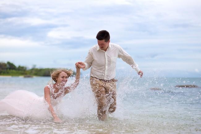 Running wedding photographer